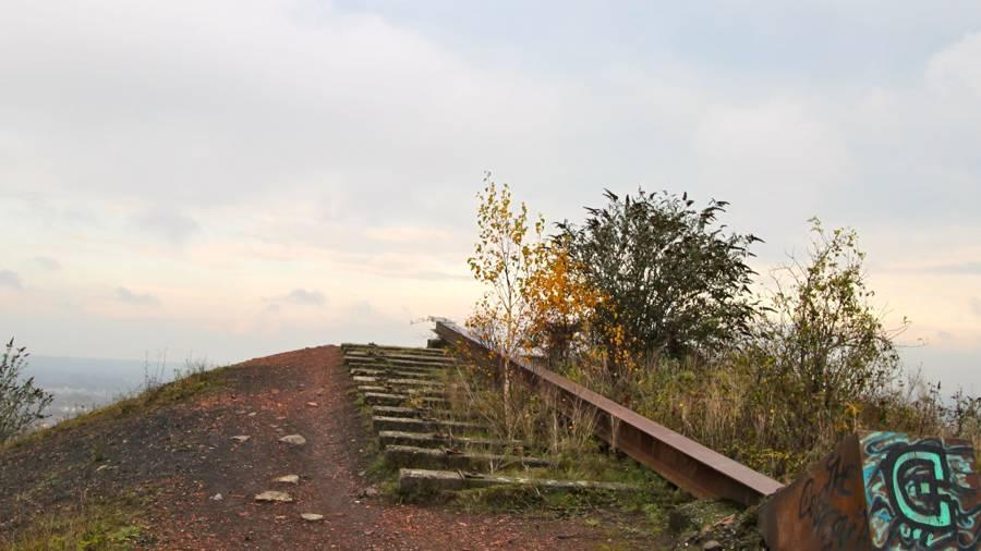 Au sommet, des traces de l'exploitation minière.
