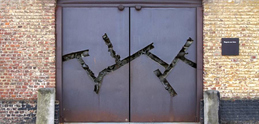Approchez-vous, ces portes cachent une oeuvre.